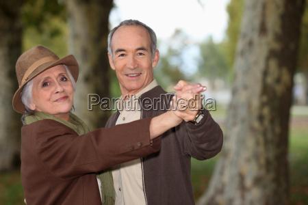 coppia senior su una romantica passeggiata