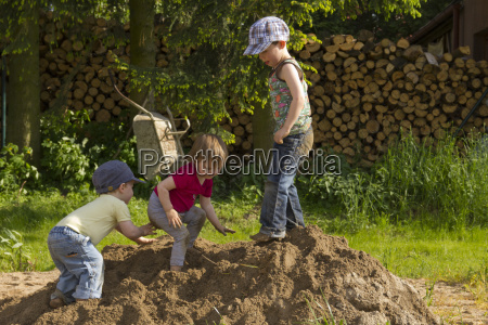 i bambini giocano nel mucchio di