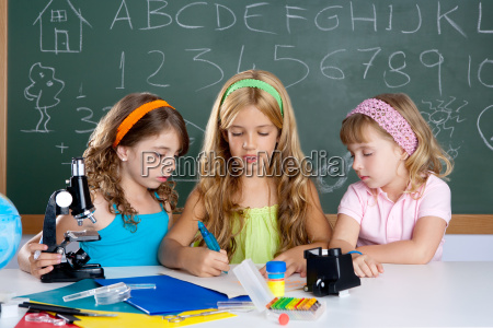 gruppo di bambini di studentesse in