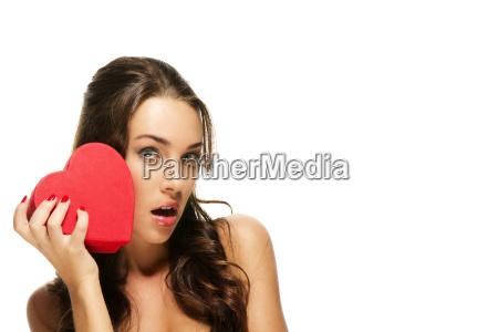 schöne, brünette, frau, hält, rotes, herz - 6137016