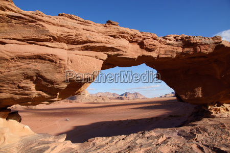 ponte di pietra nel deserto di