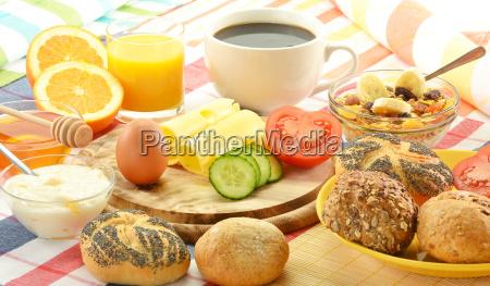 colazione con panini uova formaggio caffe