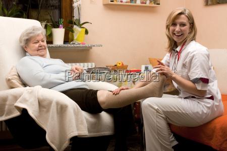 altenpflegerin collegamento gamba di senior