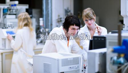 ricercatrici studenti di chimica fare
