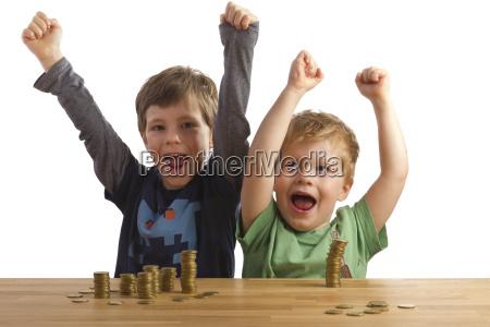 due ragazzi di fronte al tifo