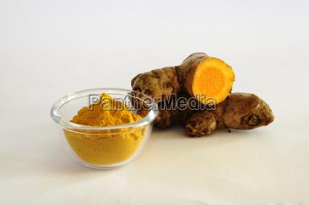 curcuma in polvere con rizoma taglio