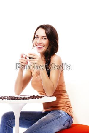 felice donna si siede a un