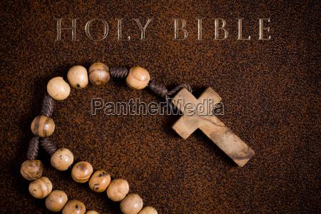 rosario in legno sulla bibbia