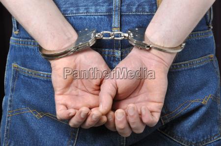 mani criminali bloccate in manette