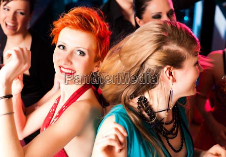 donne in un club o discoteca