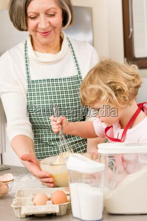 donna nonna cucina cucinare bruciare nipote