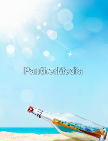 messaggio in una bottiglia illustrato con