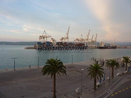 nave container citta vecchia acqua mediterraneo