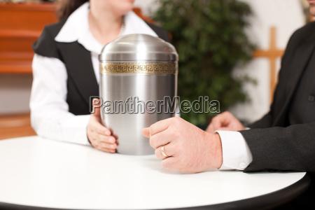 undertaker con un cliente