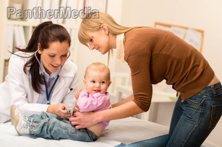 pediatra esaminare il bambino con stetoscopio