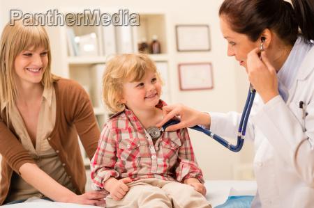 pediatra esamina bambina con stetoscopio