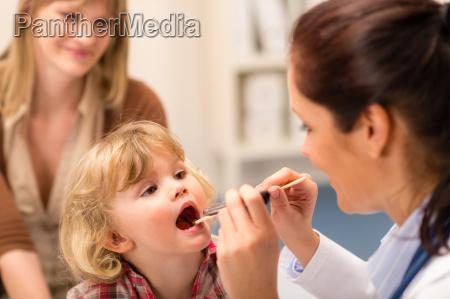 pediatra esaminare bambino gola sguardo con