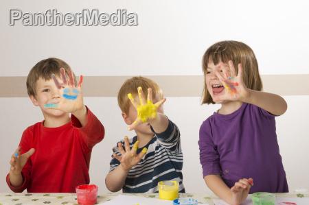 i bambini dipingono con pitture a