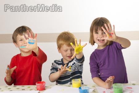 bambino dipinto con colori a dita