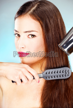 donna con i capelli lunghi che