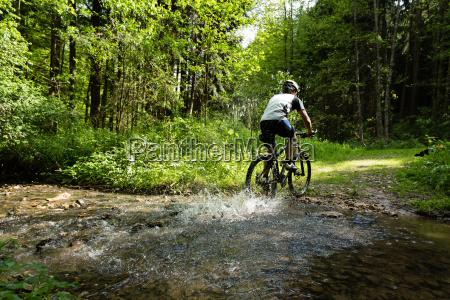mountain biker in azione