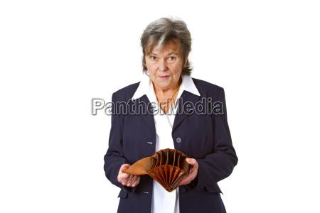 senior con borsa vuota