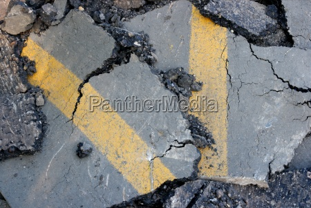 superficie incrinata di una strada asfaltata