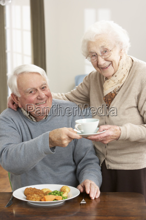 coppia senior godendo pasto insieme
