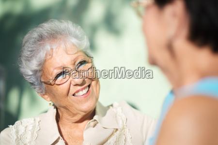 vecchi amici due donne anziane felici