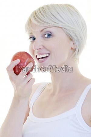 felice giovane donna mangia la mela