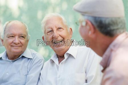 gruppo di uomini anziani felici ridendo