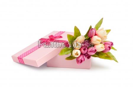 giftbox e tulipani isolato su bianco
