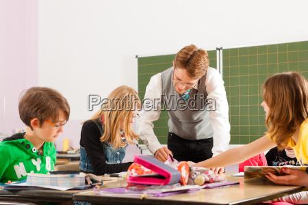 scolari e insegnante di apprendimento a