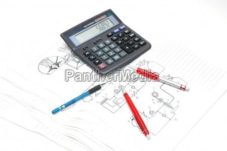 penne e calcolatrice sui disegni di