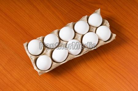 molte uova bianche sul tavolo di