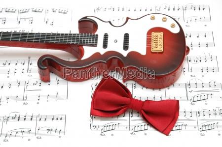 chitarra e farfallino sul foglio di
