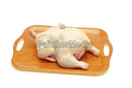 pollo crudo intero nel vassoio isolato
