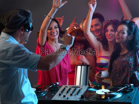 dj che suona musica in discoteca