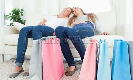 una coppia di sorelle seduta insieme