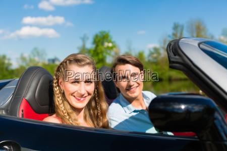 giovane coppia con decappottabile in estate