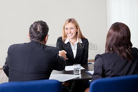 femmina stringendo la mano al colloquio