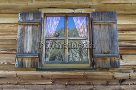 capanna di legno con finestre nelle