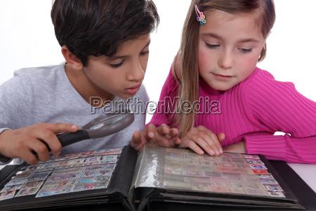 bambini che raccolgono francobolli