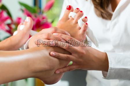 donna in studio di cosmetici ottiene