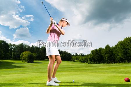 giovane giocatore di golf al campo