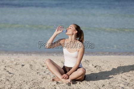 la donna beve lacqua da una