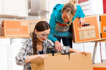 due donne con la scatola mobile