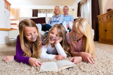 la famiglia legge un libro insieme