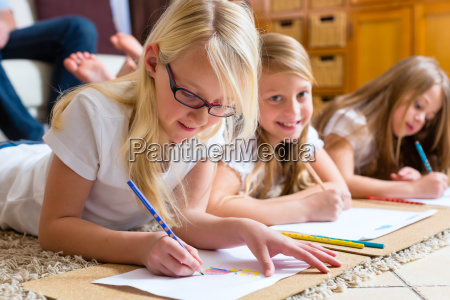 famiglia a casa i bambini dipingono