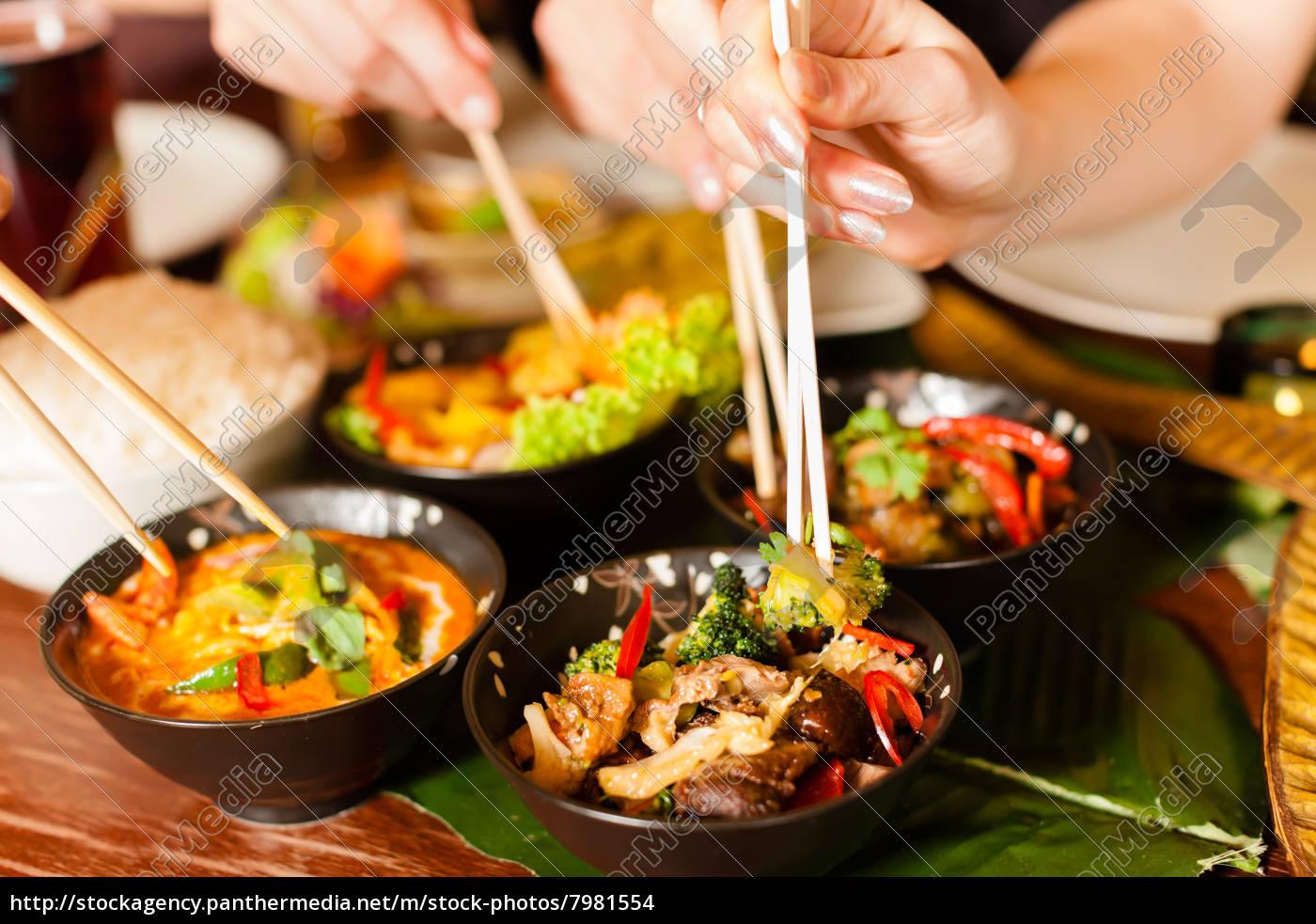 giovani, che, mangiano, in, un, ristorante - 7981554